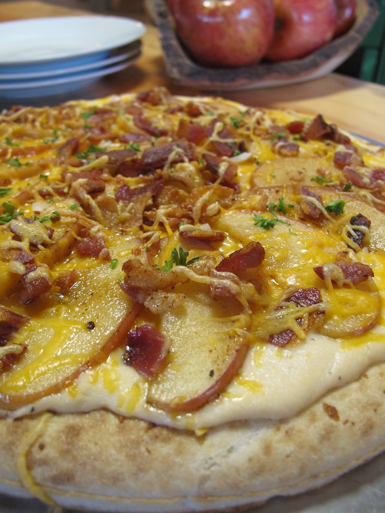 apple-cheddar-bacon-pizza